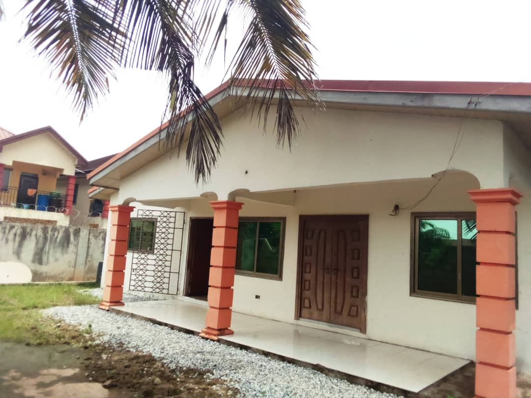 REGISTERED 4 BEDROOM HOUSE AT OBEYEYIE AMASAMAN