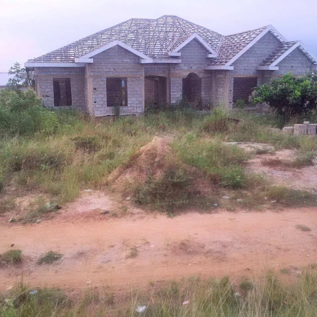 TITLED 6 BRM OF 2 APARTMENTS ON 2 AND HSLF PLOTS AT OBEYEYIE, AMASAMAN